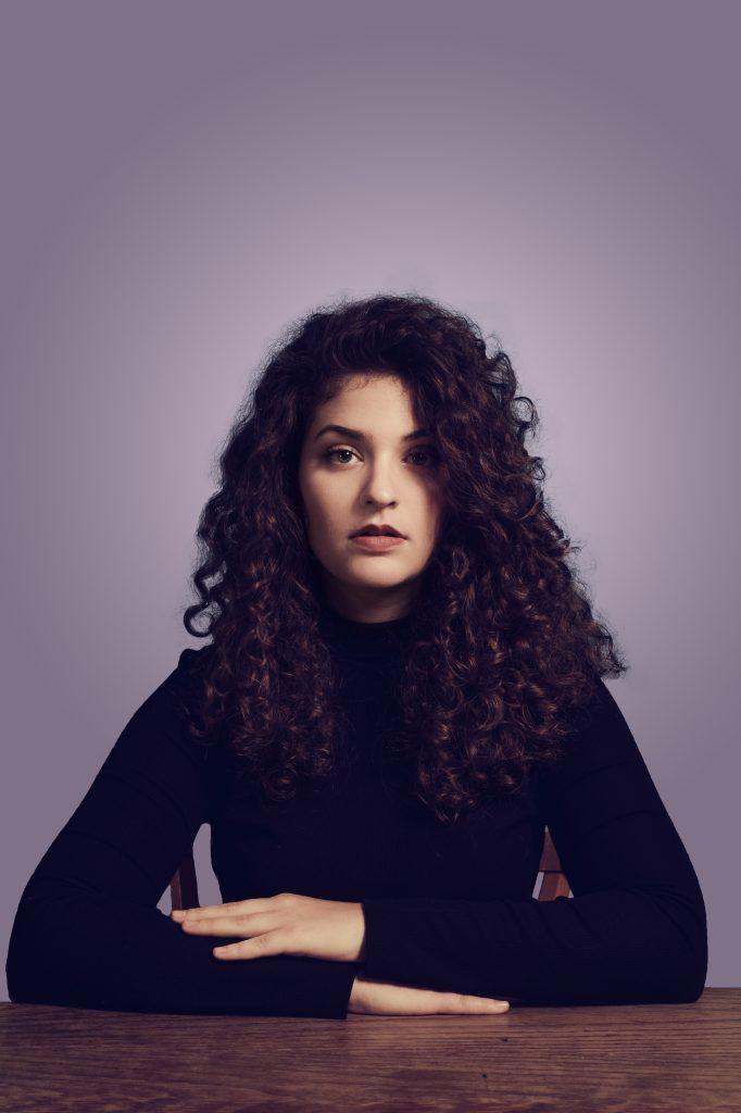 RIIVA Portrait mit violettem Hintergrund